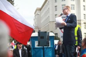 Ta ustawa powinna się nazywać o zabiciu elektrowni wiatrowych w Polsce, o likwidacji tysięcy polskich małych i średnich firm, o bankructwie wielu gmin, o zakazie budownictwa mieszkaniowego na terenie wielu gmin w Polsce – m.in. mówił Michał Stasiński z Nowoczesnej, który zapowiedział zgłoszenie 30 poprawek w II czytaniu projektu ustawy, a w ostateczności także zaskarżenie ustawy do Trybunału Konstytucyjnego.