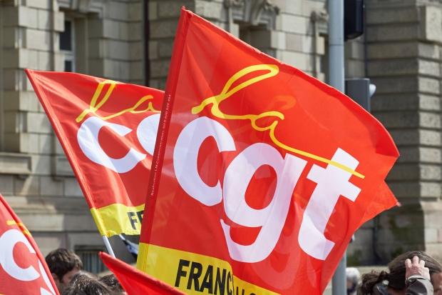 Francja: coraz większe strajki w rafineriach i magazynach paliw