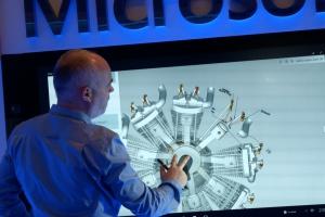 Microsoft po raz pierwszy w Polsce zaprezentował swoje najnowsze urządzenie. Zobacz Surface Hub [WIDEO]