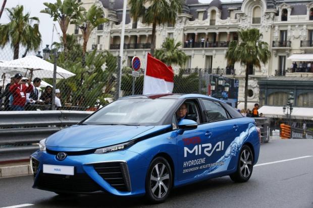 Książę Monako rozpoczął Grand Prix F1 za kierownicą Toyoty Mirai