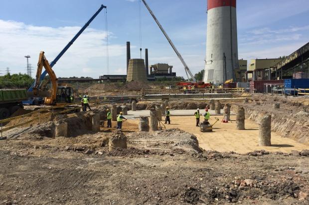 Wiecha zawisła na nowej elektrociepłowni Fortum w Zabrzu