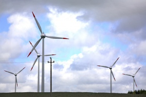 Jaki związek między akceptacją wiatraków i ich odległością od domów?