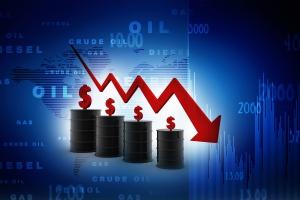 Ropa naftowa tanieje, choć powinna drożeć