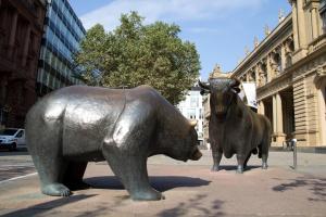 Spadkowy początek sesji na giełdach, rynek skupiony na raportach spółek