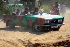 Wyobraźnia pasjonatów motoryzacji i polskich Fiatów nie zna granic. Tu żartobliwa modyfikacja FSO 125p na pojazd militarny. Fot. Stiopa/wikimedia, licencja CC BY-SA 4.0
