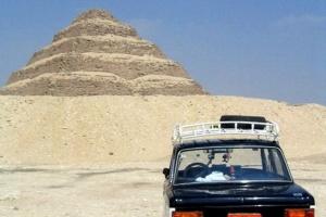 Polskiego Fiata 125p można spotkać pod każdą szerkością geograficzną. Tu pod egipskimi piramidami. Fot momo/wikimedia, licencja CC BY 3.0