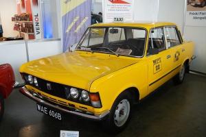 """Fiat 125p wystąpił niemal we wszystkich filmach produkowanych w Polsce w latach 1970-1990. M.in. """"zagrał"""" główną rolę w popularnym serialu """"Zmiennicy"""". Fot. Jakub """"Flyz1"""" Maciejewski/wikimedia, licencja CC BY-Sa 4.0"""