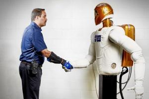 """GM i NASA wykorzystują """"rękawicę siły"""""""