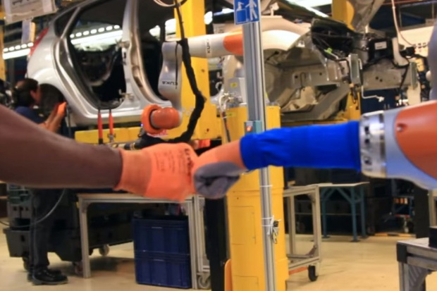U Forda robotnicy współpracują z robotami