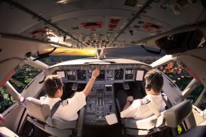 Praca dla pilotów jest, ale nie na etacie. LOT się tłumaczy