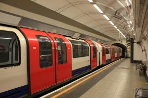 Londyńskie metro w weekendy będzie kursować przez całą dobę