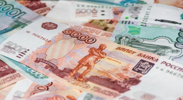 Rosyjski rubel przez sankcje jest najtańszy od czterech miesięcy
