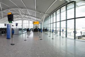 Przez mgłę na Heathrow odwołano około 100 lotów