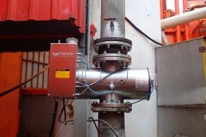 Lampa UV odkaża wodę na platformie Lotosu