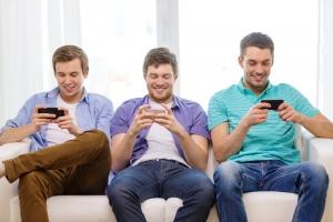 Smartfony absorbują nas coraz bardziej