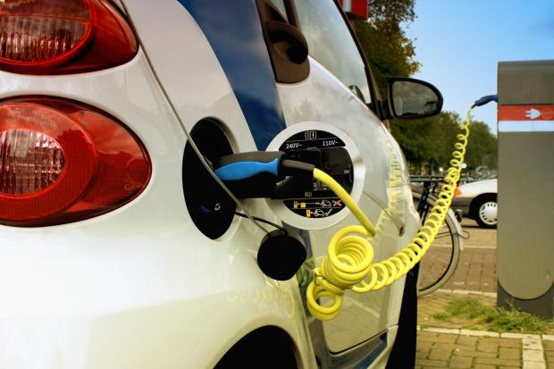 Urzędnicy nie chcą elektrycznych samochodów?