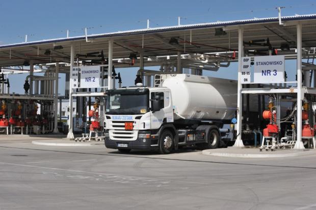 Coraz więcej odbiorców paliw korzysta z baz OLPP