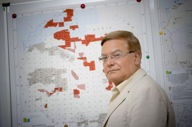 Sławomir Brodziński, były Główny Geolog Kraju, pokazuje listę złóż węgla brunatnego