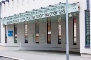 Bloomberg: Kraje OPEC zgodziły się na ograniczenie wydobycia