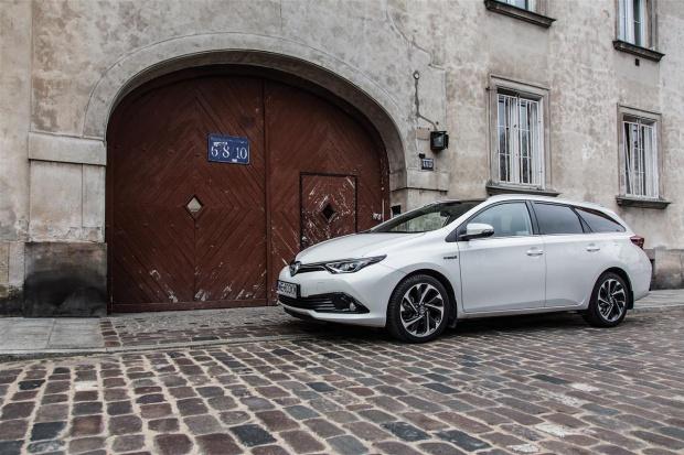 Toyota podwaja sprzedaż hybryd