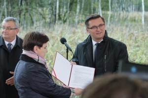 Premier Beata Szydło i prezydent Katowic Marcin Krupa prezentują list intencyjny. Fot. PTWP (Michał Oleksy)