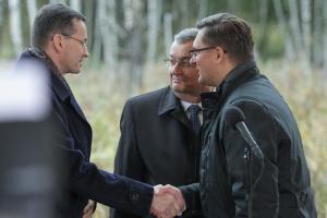 Wicepremier Mateusz Morawiecki, minister Andrzej Adamczyk i prezydent Marcin Krupa. Fot. PTWP (Michał Oleksy)