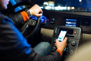 Większość kierowców nie używa telefonów, prowadząc samochód