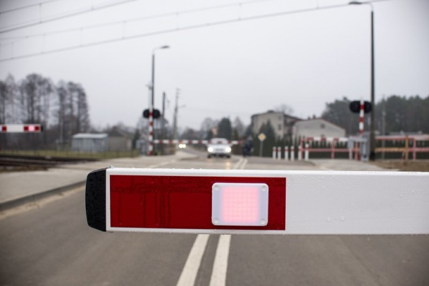 Zderzenie pociągu z samochodem na strzeżonym przejeździe; nie żyje kierowca auta