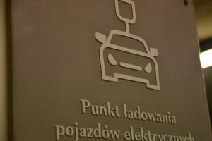 Miejsca ładowania e-samochodów także w starych budynkach. Nowe przepisy unijne