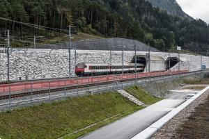 Kopanie pod górami przynosi korzyści kolei