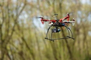 KE chce uregulować latanie dronami na niskich pułapach