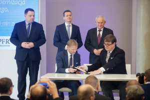 Finansowanie otrzymały projekty inwestycyjne Tauron Polska Energia oraz Przewozy Regionalne. Na zdjęciu wymieniają dokumenty Vazil Hudák, wiceprezes EBI i Krzysztof Mamiński, prezes zarządu Przewozów Regionalnych