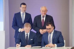 Na zdjęciu Vazil Hudák, wiceprezes EBI podpisuje dokumenty z Filipe Grzegorczykiem, prezesem zarządu Tauron Polska Energia.