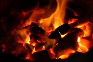 """Badanie IChPW: rozpalanie """"od góry"""" nie jest receptą na niską emisję"""