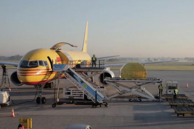 Zobacz, jak przebiega praca firm kurierskich na lotnisku