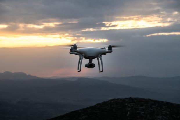 Dron nadaje ton