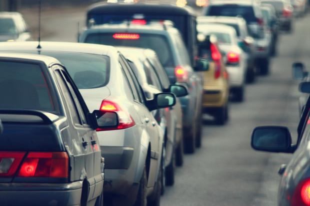Elektryczne auta nie zbawią miast. Stawiajmy na napowietrzną kolej i metro