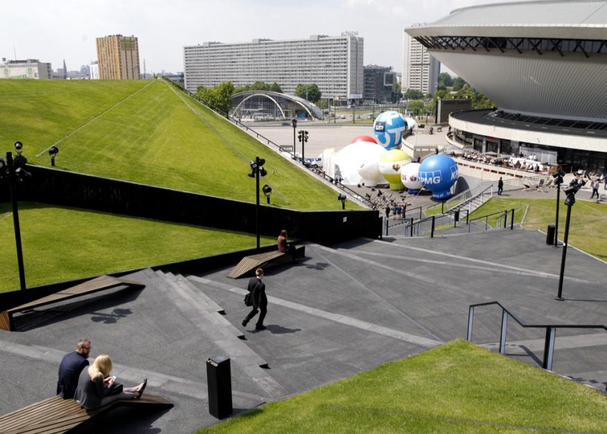 MCK, z charakterystycznym dachem pokrytym trawą i tworzącym zieloną dolinę - przeznaczone jest dla 15 000 użytkowników. Posiada halę wielofunkcyjną o powierzchni ponad 8 000 metrów kwadratowych, salę audytoryjną dla 600 osób oraz 26 sal konferencyjnych o powierzchni 34 000 metrów kw.