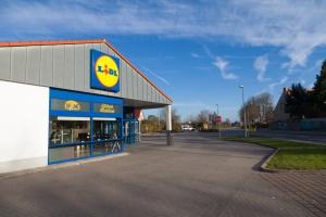 ABB naładuje e-samochody na parkingach sklepów Lidl
