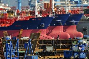 Spadek zamówień na nowe statki towarowe