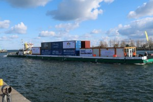 Barka z 20 kontenerami płynie Wisłą z Gdańska do Warszawy