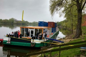 A jednak można. Załadowana kontenerami barka dopłynęła Wisłą z Gdańska do Warszawy