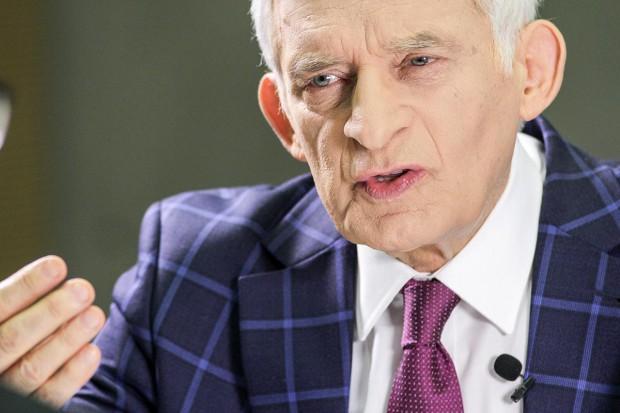 - Problemów dostaw gazu nie da się rozwiązać w pojedynkę, bo mówimy o dostawach z zewnątrz UE - mówi Jerzy Buzek, sprawozdawca raportu w PE, szef komisji przemysłu, badań i energii Parlamentu Europejskiego.