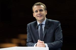 Emmanuel Macron raz osłabia ceny ropy, to znów je umacnia