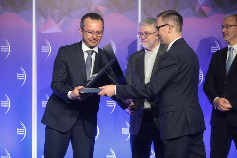 Grupa Nowy Styl otrzymuje wyróżnienie za śmiałe i przemyślane akwizycje w Europie. Nagrodę z rąk Wojciecha Kuśpika, prezesa Grupy PTWP odebrał Adam Krzanowski, prezes zarządu, współwłaściciel Grupy Nowy Styl.