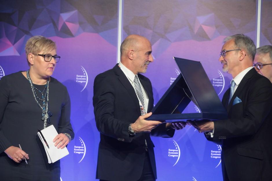 Gérard Bourland, dyrektor generalny, Grupy Veolia, odebrał wyróżnienie za wkład w unowocześnienie i zrównoważony rozwój polskich miast.