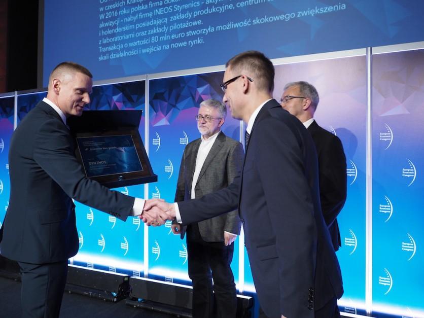 Zbigniew Lange, członek zarządu i dyrektor finansowy firmy Synthos. odebrał w wyróżnienie za ważną i odważną akwizycję w europejskiej chemii
