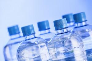 Po reklamówkach rząd bierze się za plastikowe butelki