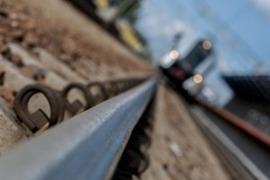 Wypadek samochodu sparaliżował nocny ruch na linii kolejowej