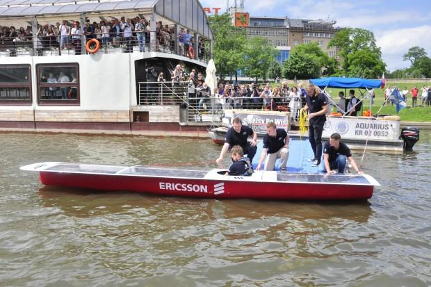 Studenci AGH wodowali na Wiśle łódź solarną zbudowaną na zawody w Monako